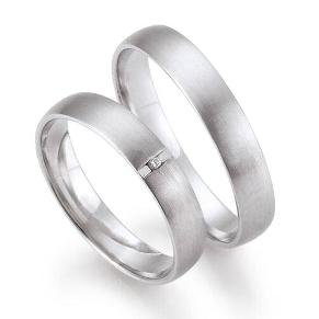 c4f5ebe16 Platinové svadobné obrúčky môžu byť jednoducho odlíšené, dámsky prsteň  doplnený o nejaký ozdobný detail či diamant, pánsky prsteň môže byť  decentnejší.